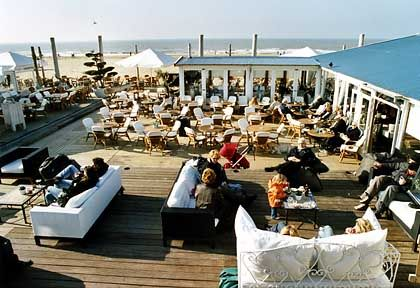 Wohnzimmer an der See: Vor den Strandpavillons haben bei schönem Wetter Kissen Konjunktur
