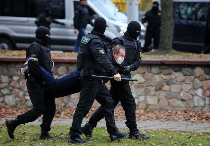 Ein Mann in Minsk wird abgeführt: Zentrale Plätze abgeriegelt