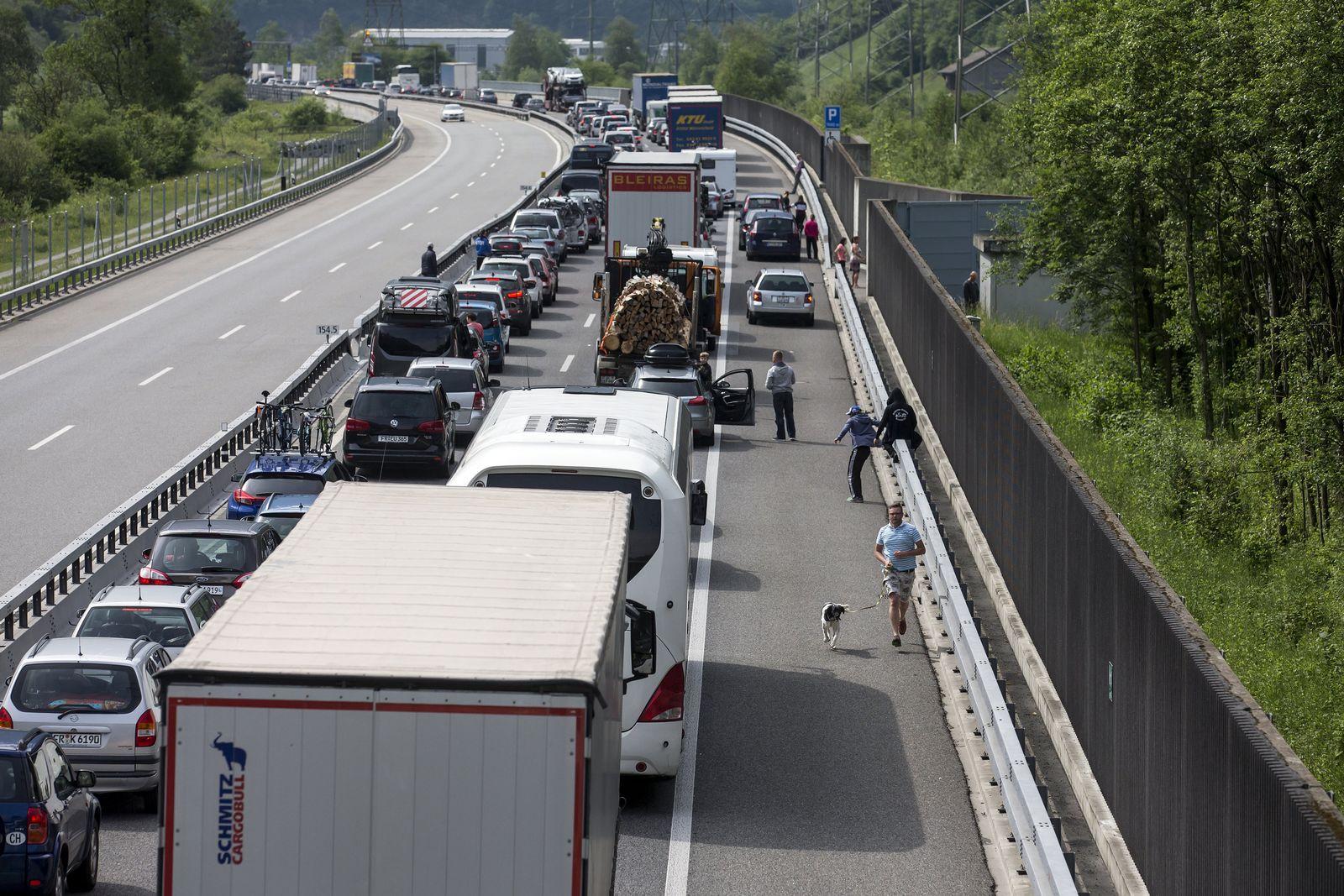 Tunnelbrand Stau Schweiz