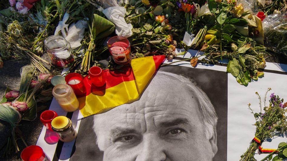 Kerzen am Haus des verstorbenen, ehemaligen Bundeskanzlers Kohl