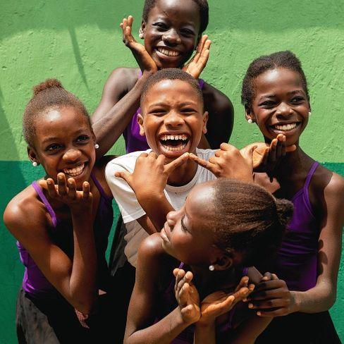 Alle mal lachen: Neben dem harten Training ist trotzdem Zeit für Spaß mit den Tänzerinnen