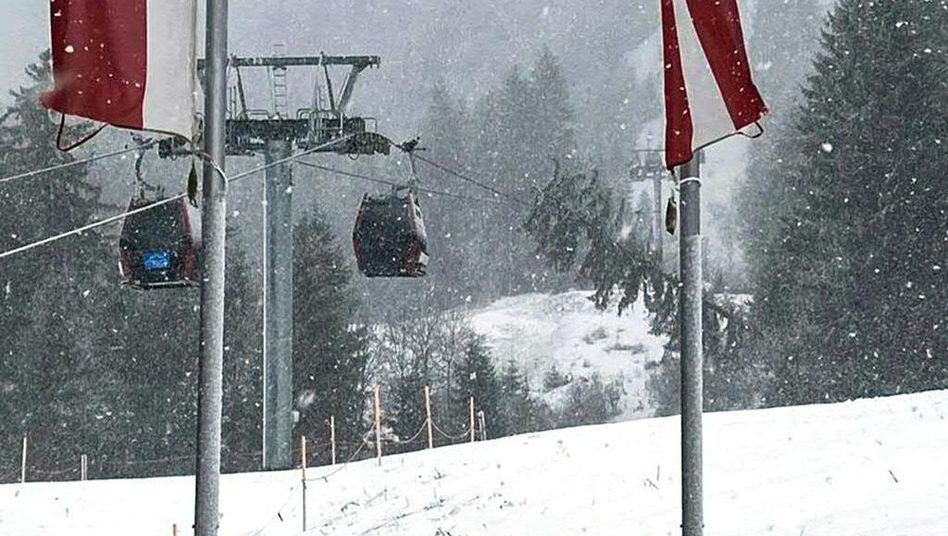 Sturm in Österreich: Wintersportler aus Gondeln gerettet
