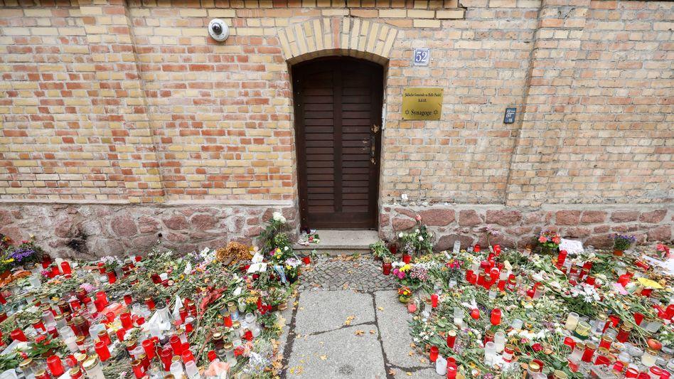 Die Synagoge von Halle nach dem Anschlag im Oktober 2019: Die Tür, die dem Täter standhielt, wurde mittlerweile zu einem Mahnmal umgearbeitet