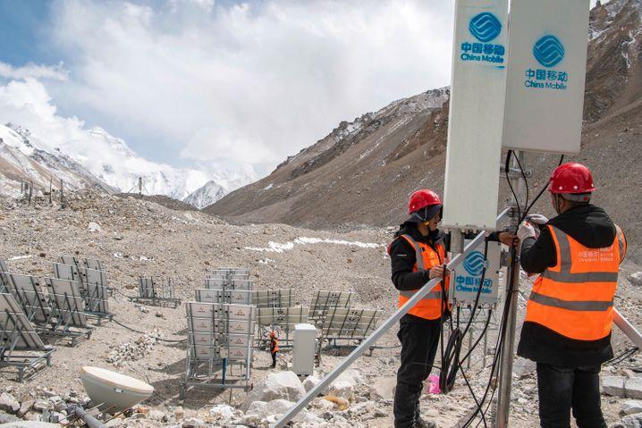 Arbeiter testen eine 5G-Anlage an der Nordseite des Everest