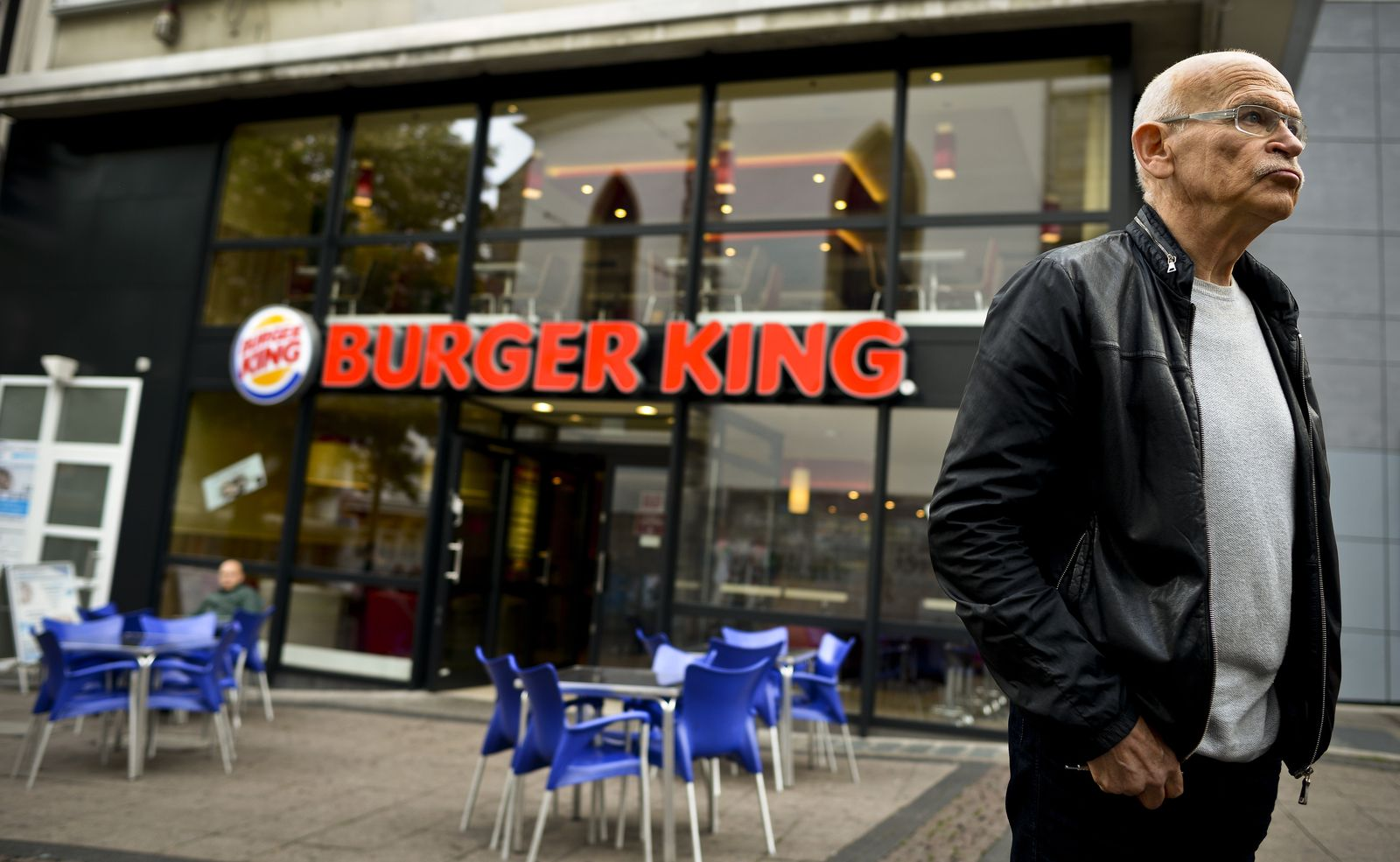 Günter Wallraff vor Burger King Filiale