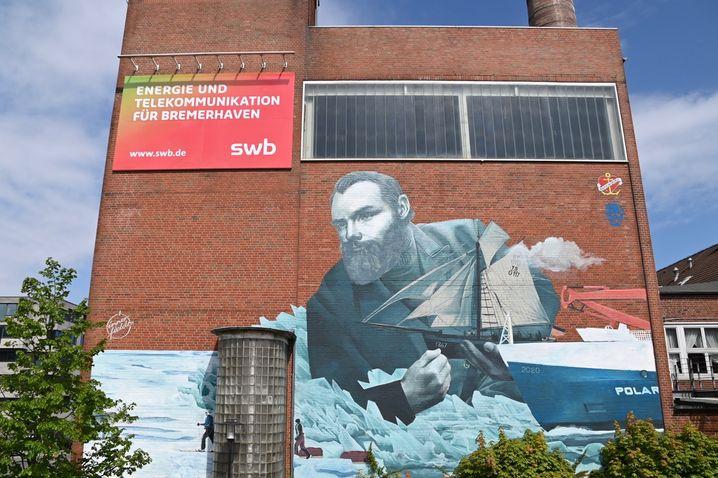 Das Denkmal: Angeregt vom Ankerherz-Verlag malten die Street-Art-Künstler Jakob Tory Bardou und Holger Weißflog im Mai 2021 dieses Wandbild von Kapitän Coldewey und der »Grönland« in Bremerhaven