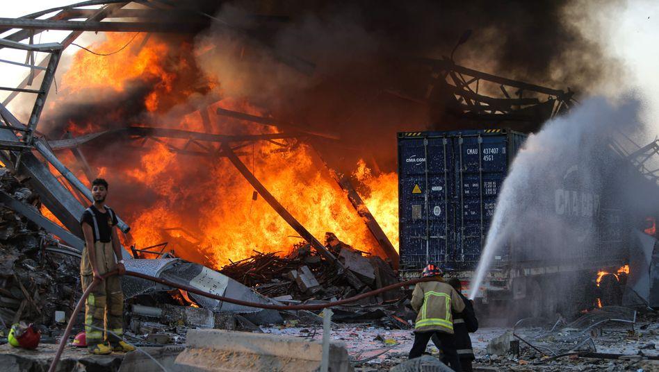 Feuerwehrleute bei Löscharbeiten nach den Explosionen in Beirut: Die Hintergründe der Tragödie sind noch offen
