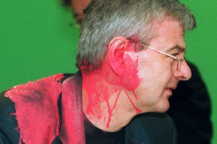 Joschka Fischer nach dem Farbbeutel-Attentat