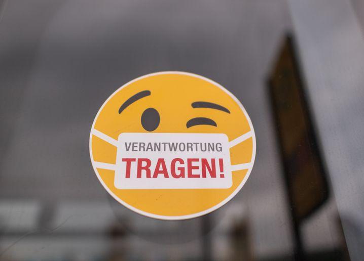 Aufkleber an einer Straßenbahn in Dresden