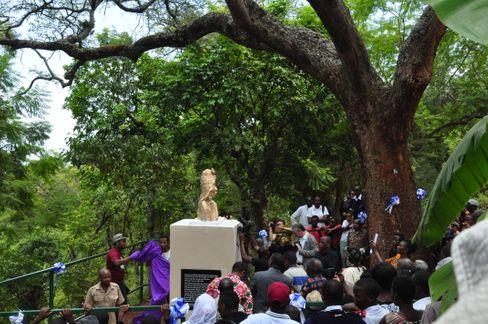 Unter der Akazie, an der die Deutschen Mangi Meli aufknüpften, erinnert seit 2019 ein Denkmal an den tansanischen Volkshelden