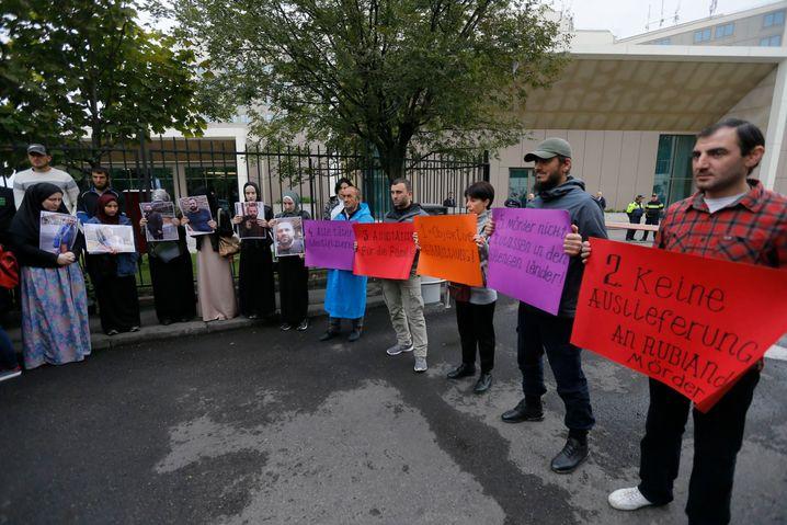 Demonstration vor der deutschen Botschaft in Tiflis: Mordfall zieht internationale Kreise