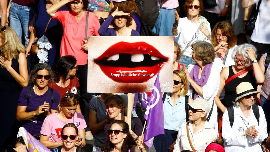 Eine Demonstrantin trägt ein Plakat mit der Aufschrift »Stoppt häusliche Gewalt« während eines Protests in Zürich