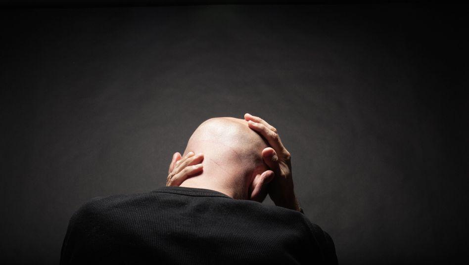Mann mit Glatze: Der kreisrunde Haarausfall trifft Männer und Frauen etwa gleich oft.