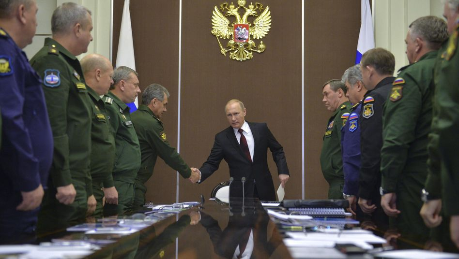 Wladimir Putin im Kreis seiner Generäle