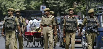 Paramilitärische Patrouille in der indischen Stadt Srinagar: Nach den Anschlägen in Ahmedabad werden die umliegenden Städte scharf bewacht