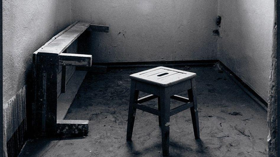 Eine der Torgauer Arrestzellen mit Tageslicht. Singen, Pfeifen, Lesen und aus dem Fenster schauen waren im Arrest verboten, die Pritsche durfte tagsüber nicht benutzt werden.