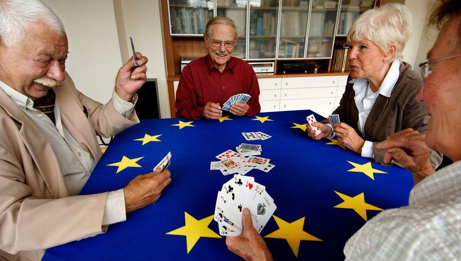 Senioren beim Kartenspielen: Hohe Pensionen für EU-Beamte