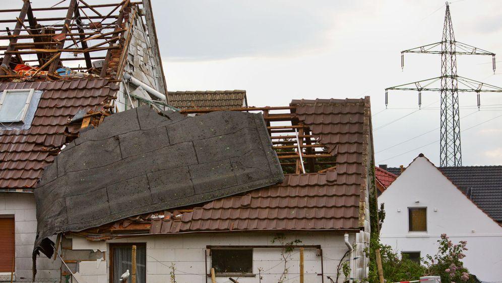Tornado: Zerstörtes Dach im Garten