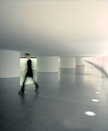 Berlin ist weit weg im Tunnel, der Bundestag und Paul-Löbe-Haus verbindet