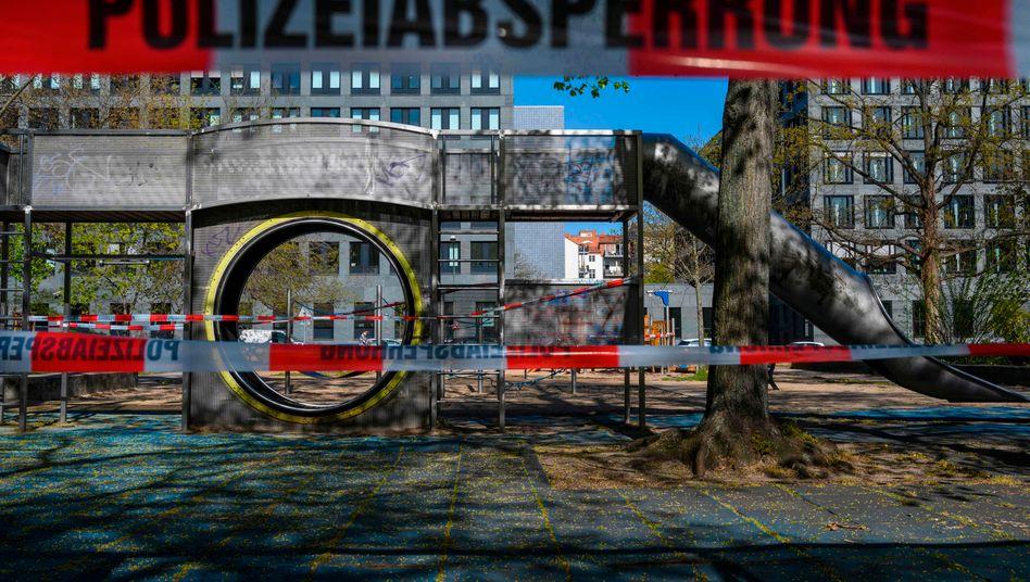 Abgesperrter Spielplatz in Berlin: Bald schon könnten hier wieder Kinder toben