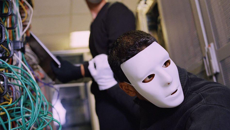Internet-Betrüger bei der Arbeit (Symbolbild): Viele werden Opfer weil sie sich nicht schützen
