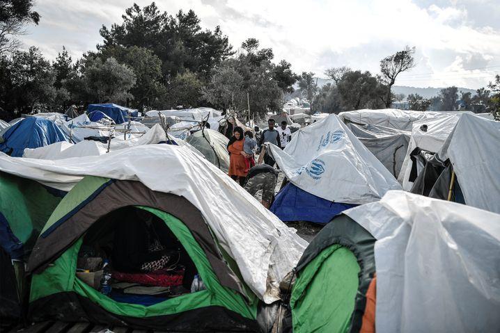 Im Lager Vial auf der griechischen Insel Chios hatten sich ein Migrant aus dem Jemen und eine Mitarbeiterin des EASO infiziert.