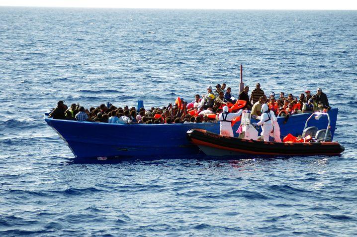 Flüchtlingsboot vor Italien: Immer mehr Menschen in gefährlichen Situationen
