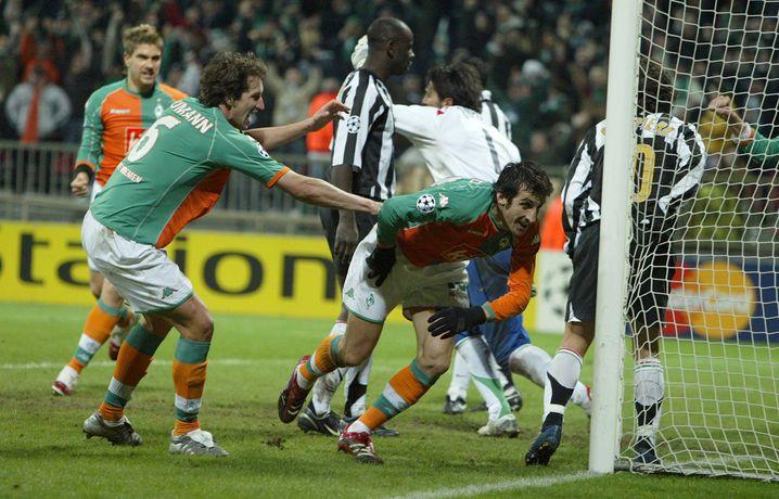 Frank Baumann (links) 2006 beim 3:2-Sieg der Bremer gegen Juventus. Hier jubelt er mit Johan Micoud