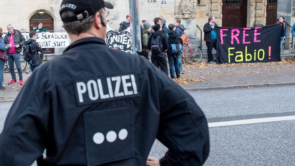 Demo vor dem Amtsgericht beim Prozessauftakt gegen Fabio V. (16. Oktober)