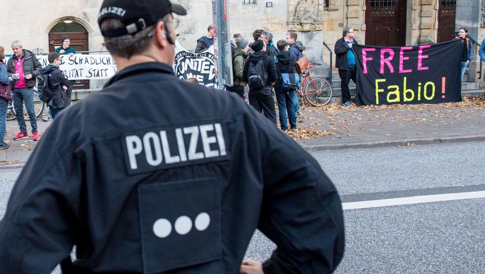 Demo vor dem Amtsgericht beim Prozessauftakt gegen Fabio V. (16.10.2017)