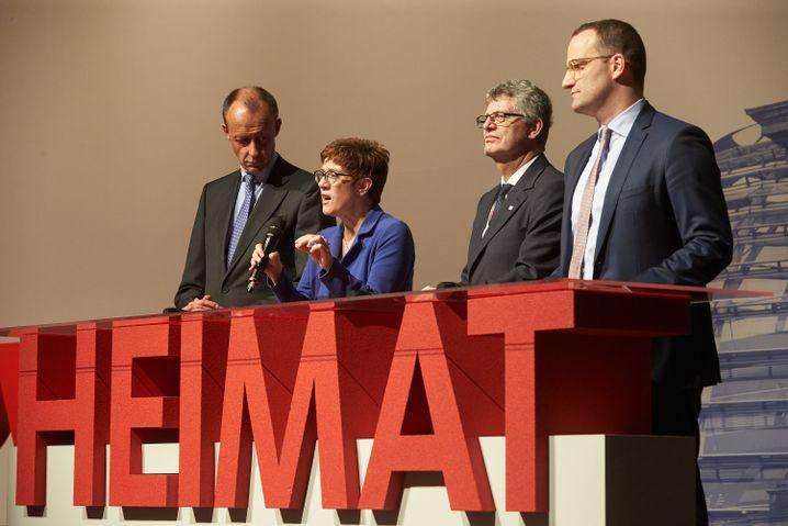 CDU-Kandidaten Merz, Kramp-Karrenbauer und Spahn mit Christian Haase (2. v. r.), dem Vorsitzenden der Kommunalpolitischen Vereinigung