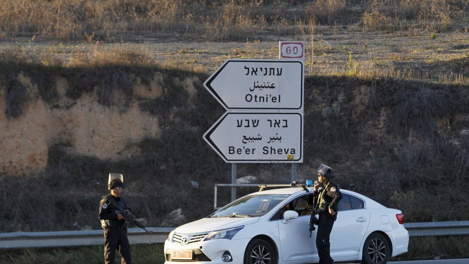 Polizisten in der Nähe des Tatorts: Mehrere Tote und Verletzte