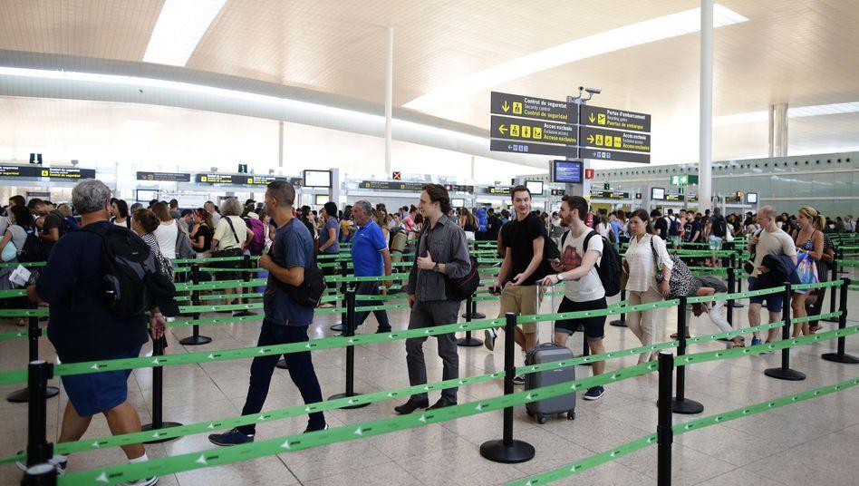 Passagiere am Flughafen in Barcelona (Symbolbild)