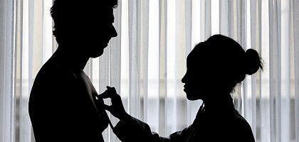 Patient, Ärztin bei Vorsorgeuntersuchung: Privatversicherung für alle
