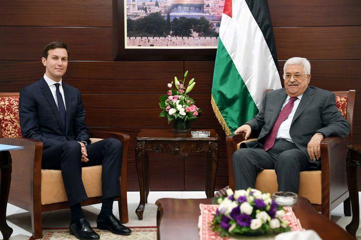 Palästinenserpräsident Abbas und Jared Kushner bei einem Treffen in Ramallah (Archiv)