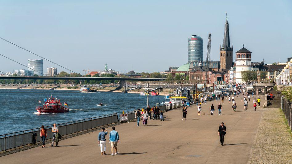 Bitte gehen Sie weiter: In Düsseldorf darf man wegen der Corona-Pandemie nicht mehr einfach anhalten, wo man will
