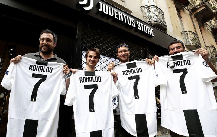 Juve-Fans mit neuen Trikots