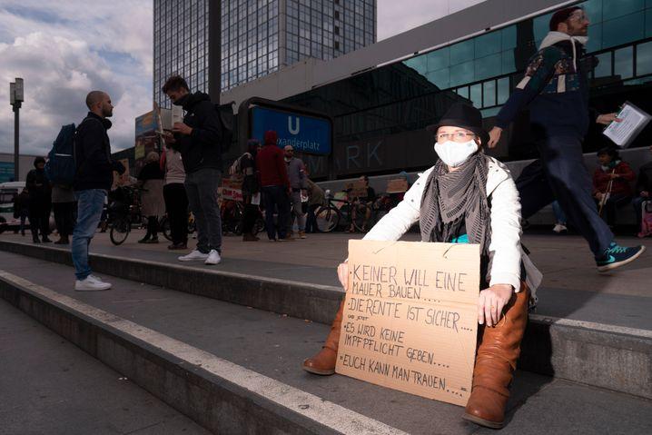 Stefanie (24) nahm zum ersten Mal an einer Demo gegen die Corona-Maßnahmen teil