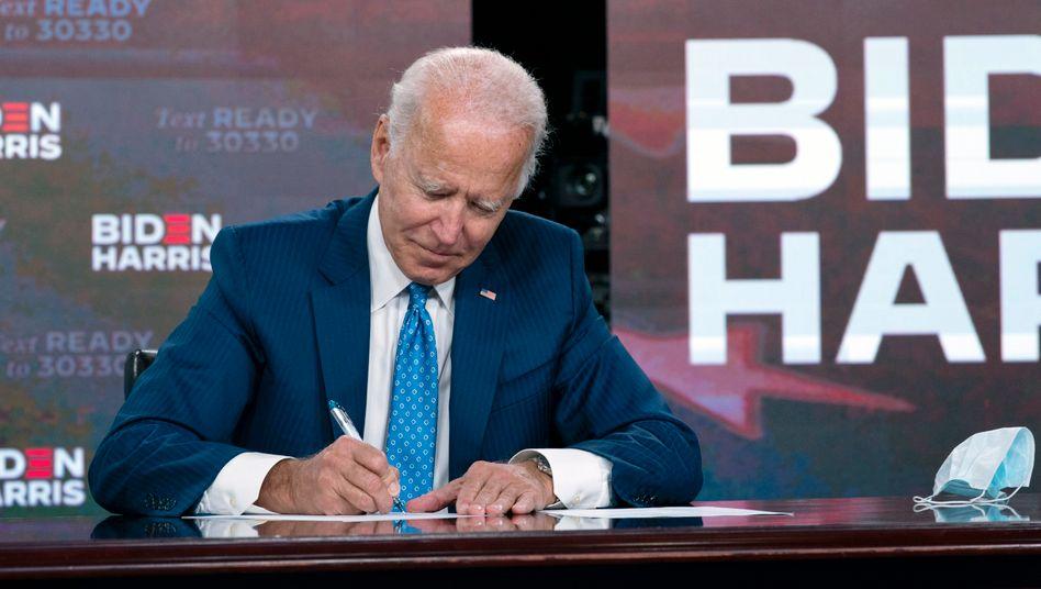 Joe Biden beim Ausfüllen der Unterlagen für den Nominierungsparteitag der Demokraten