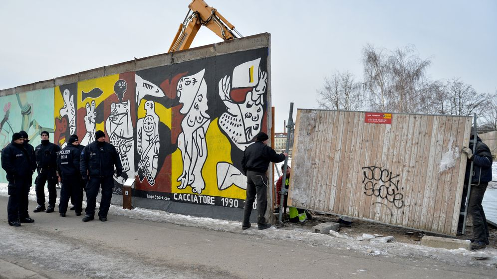 Photo Gallery: Dismantling the Berlin Wall