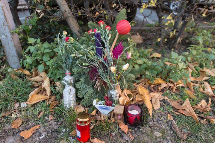 Blumen und Kerzen vor der Johanneskirche in Freiburg
