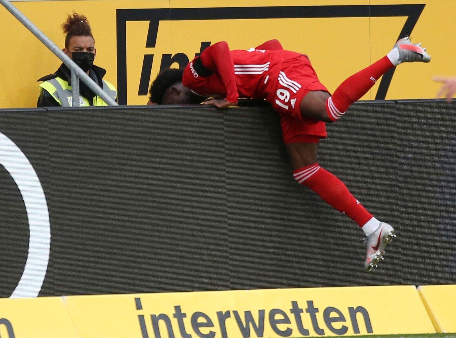 Alphonso Davis (19, Bayern Muenchen) mit Schwung auf die Werbebande, Fußball, 1. Bundesliga, 2. Spieltag, TSG 1899 Hoffe