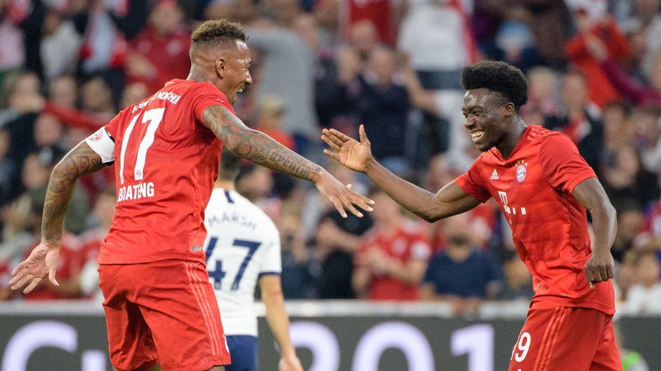 Alphonso Davies (r.) feiert seinen Treffer beim Testspiel gegen Tottenham mit Jérôme Boateng
