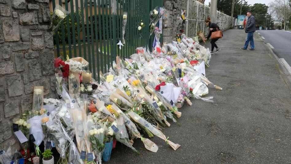 Blumen vor der Polizeistation in Carcassonne