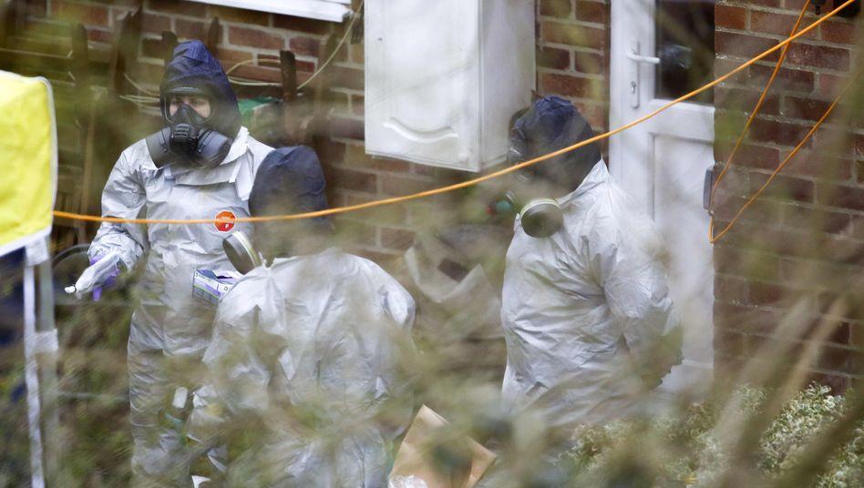 Spezialisten untersuchten Ende März den Garten von Skripals Haus in Salisbury