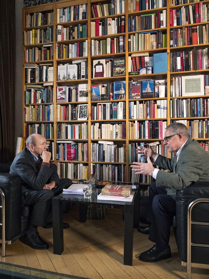 """Schlögel (r.) beim SPIEGEL-Gespräch (mit dem Redakteur Romain Leick in Berlin): """"Religiös nicht unmusikalisch"""""""