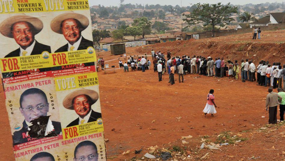 """Schlange vor Wahllokal in Uganda: """"Natürlich gewinne ich. Wie sollte es denn anders sein?"""""""