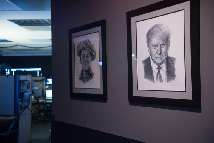 Porträts von Ronald Reagan und Trump im Infowars-Studio