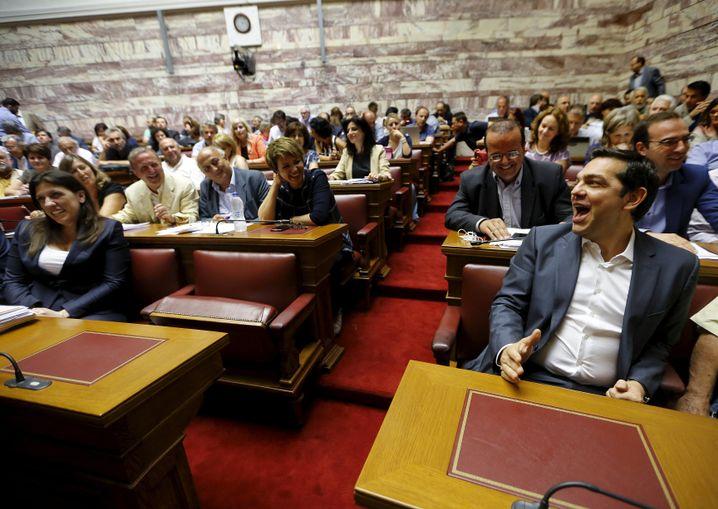 Tsipras (vorne rechts) im Parlament: Am Ende erschien der Ministerpräsident doch noch