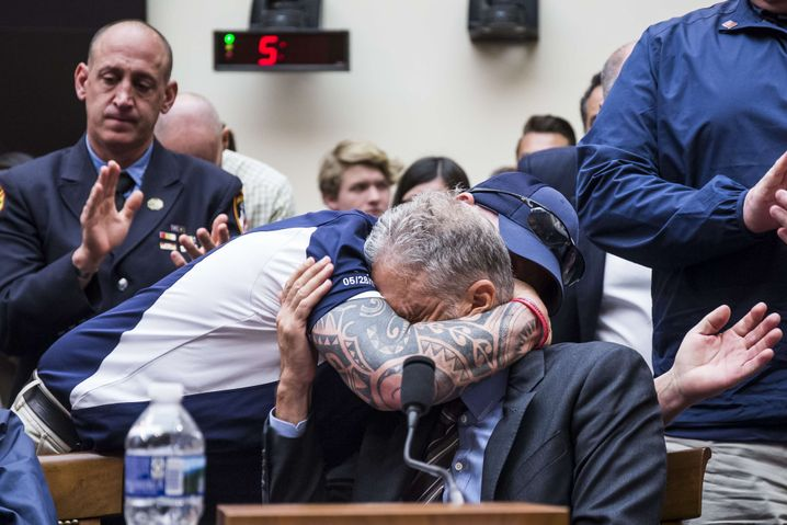 Jon Stewart umarmt John Feal, der eine Stiftung zur Unterstützung von US-Einsatzkräften mitgegründet hat